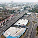 «Блондинки отдыхают»: в Киеве грузовик застрял под мостом (видео)