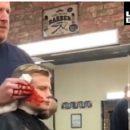 Пошутил: в Италии парикмахер сделал вид, что отрезал ухо своему клиенту