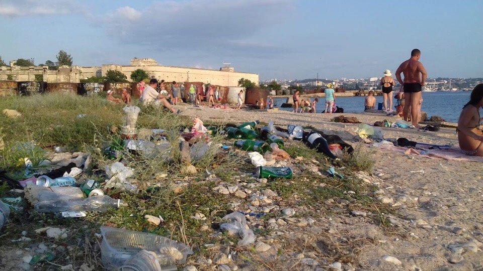 «Не свое — не жалко»: показали упадок пляжей Севастополя