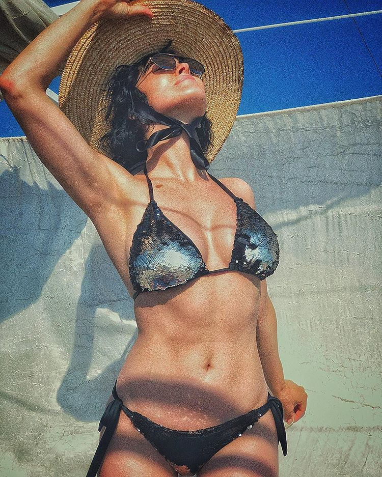 Даша Астафьева показала идеальную фигуру в купальнике