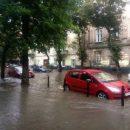 Реки вместо улиц и плавучие машины: во Львове бушевала ужасная непогода (видео)