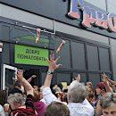 Как животным: В Минске толпу забросали бесплатным мороженым