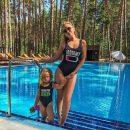 Яна Соломко с дочкой примерили одинаковые купальники