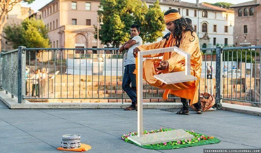 Фотограф раскрыл секрет «левитации» уличных йогов. Фото