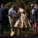 Мелания Трамп в юбке за 4000 и туфлях за 700 долларов поработала землекопом (фото)