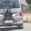 Мужчина привязал дочь к багажнику и ездил по дороге. Видео