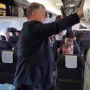«Просто денег у него нет. Но он держится». В Сети обсуждают фото Порошенко в рейсовом самолете