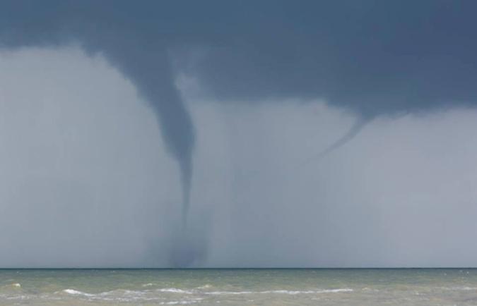 Над Азовским морем сфотографировали два смерча одновременно (фото)