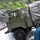 Российские военные эпично утопили грузовик (видео)