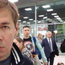 В сети высмеяли Симоненко, которого застукали в очереди на самолет в РФ (фотофакт)