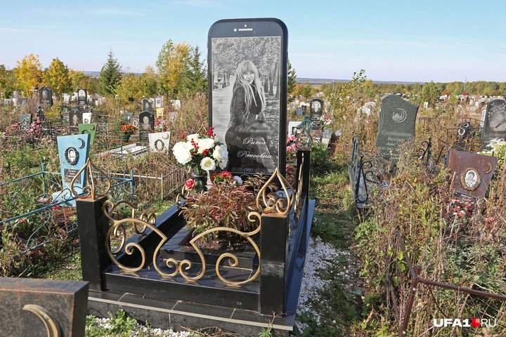 В России на кладбище установили памятник в виде iPhone