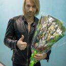 Секс-символу украинской эстрады Олегу Виннику подарили букет из тараньки