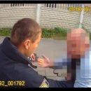 Во Львове водитель пытался съесть свои права и укусил полицейского (видео)