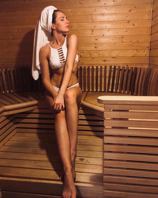 Дочь Ольги Сумской похвасталась фигурой в купальнике спустя полгода после родов