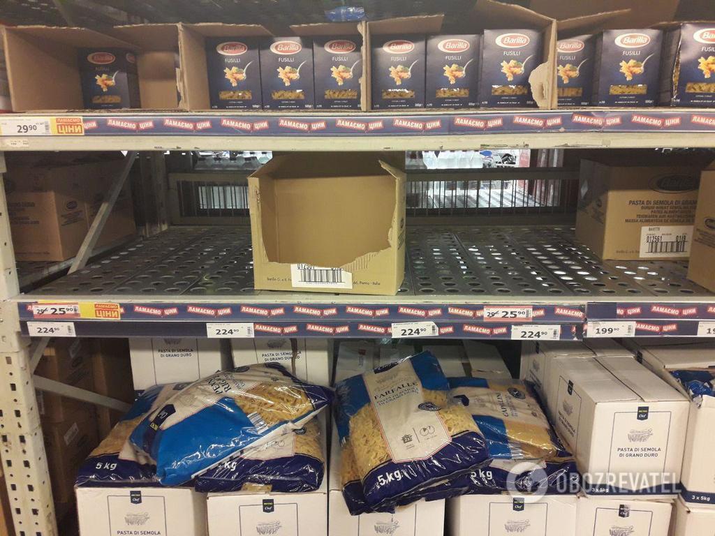 »Хроніки новорічного зубожіння»: українці влаштували «затори» в магазинах