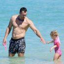 Кличко подловили на пляже во время отдыха с маленькой дочкой