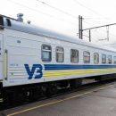 Вагоны поездов «Укрзализныци» моют водой из лужи (видео)