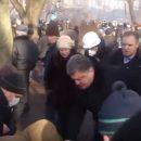 Евромайдан: Появилось видео, как Порошенко помогает выносить раненых (видео)