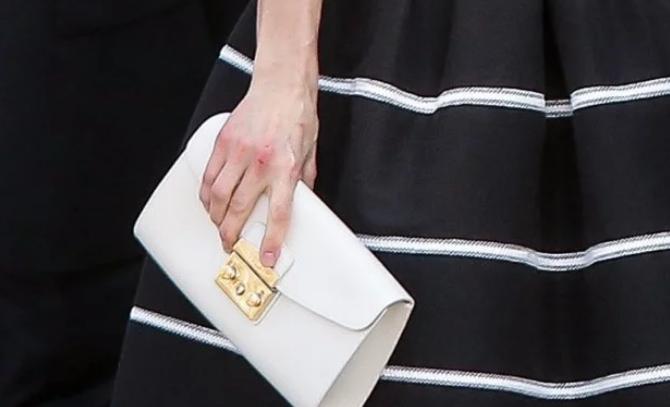 Как всегда на высоте: Королева Испании подчеркнула талию элегантным платьем