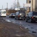 Как кортеж Порошенко ездил по ямам на дорогах Львовщины (видео)