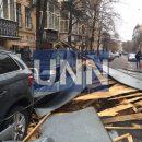 Ветер сорвал крышу с дома в центре Киева