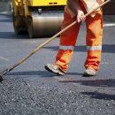 Нанотехнології: На Сумщині робітники вирішили відремонтувати дорогу за допомогою чайника