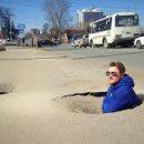 Украинские водители попадают в ДТП из-за ям на дорогах: что делать