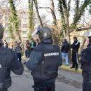 Хотели разогнать протестующих: В Болгарии полицейские залили себя слезоточивым газом