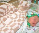 Найденного младенца в Лимане назвали в честь Зеленского и Порошенко (видео)