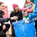 Принц Вільям та Кейт Міддлтон прибирали пляж: у мережі з'явилися фото