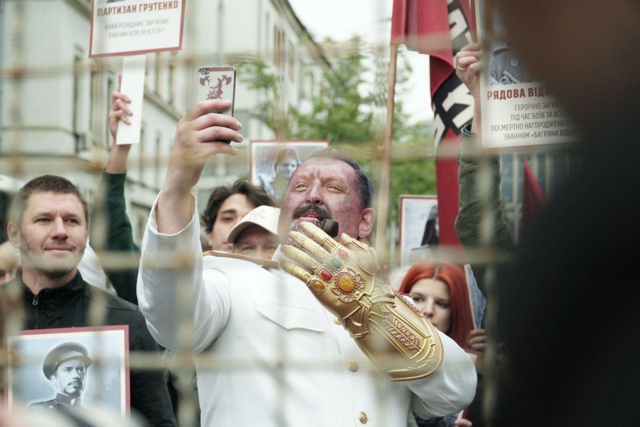 Сталин-Танос и механизатор Старк: эксклюзивные фото веселой акции в Киеве