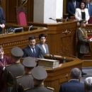 Удостоверение Президента Украины упало на пол после вручения Зеленскому (видео)