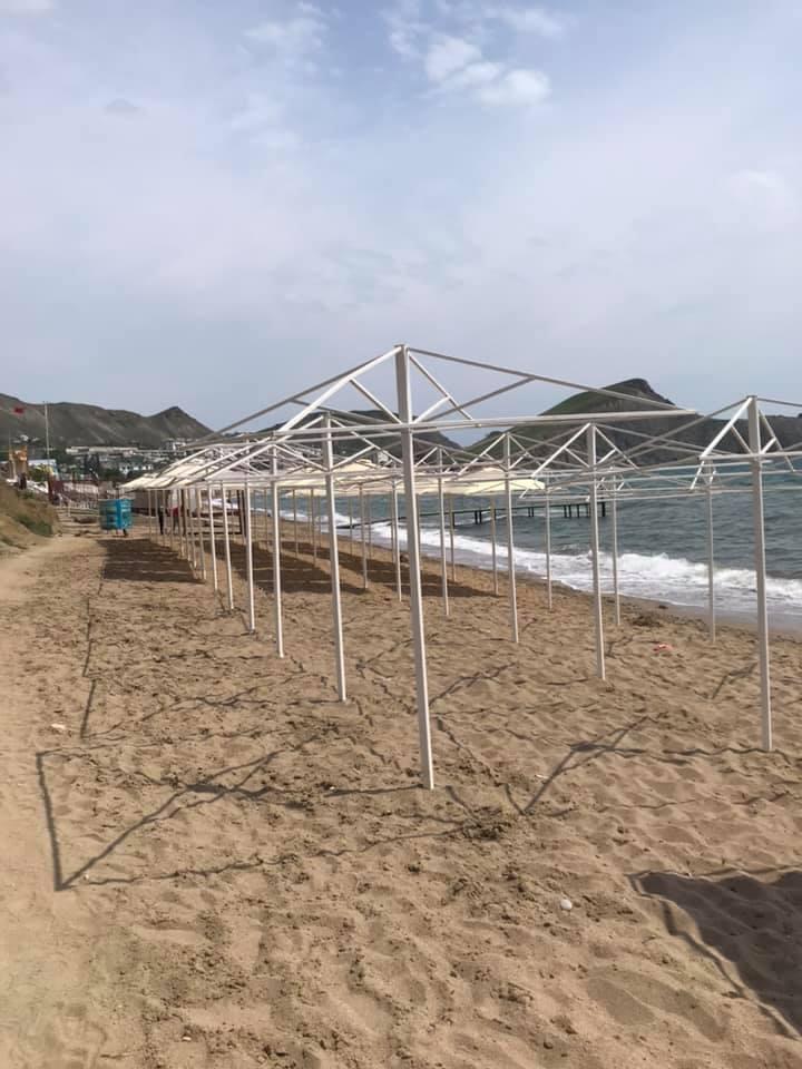 «Насилуют» туристов: в сети показали фото пляжа на популярном курорте в Крыму