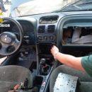 Пограничники нашли мужчину в бардачке машины: фото