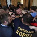 Во Львове протестующие выломали дверь в горсовет и ворвались в помещение