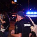 У Дніпрі молоді люди затримали патрульну машину і причепили на неї презерватив (відео)