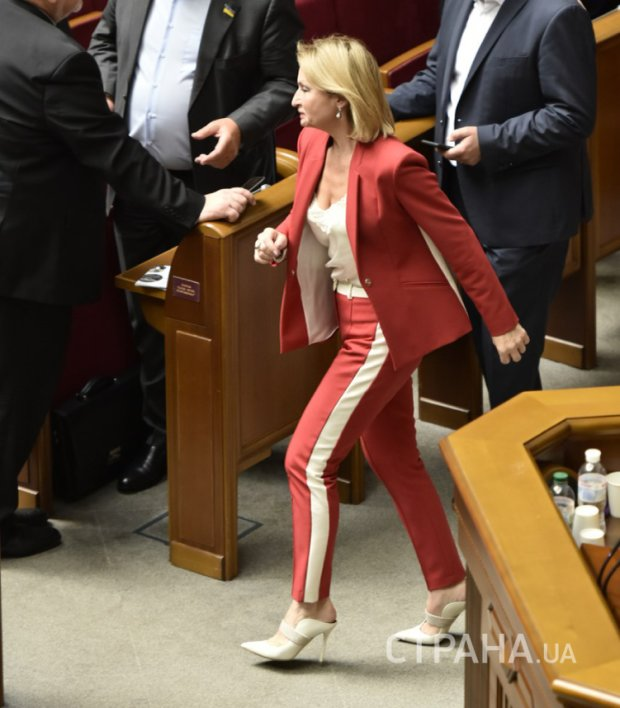 Жена Луценко засветилась в Раде в спортивных штанах и неприлично дорогих туфлях, фото