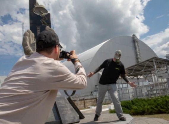 «Имейте уважение, там погибли люди»: В Чернобыле туристы попали в скандал из-за пошлых фотографий