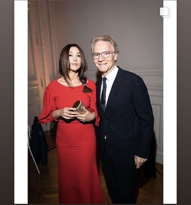 Моника Беллуччи покорила Париж роскошной фигурой в красном платье