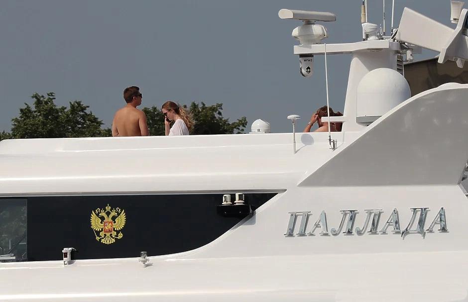 Ікона, ходяча: на яхті патріарха Кирила помітили «черницю» у купальнику