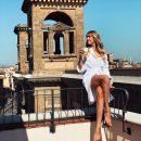 Зваблива Леся Нікітюк у самому лише халаті похизувалася довгими ніжками