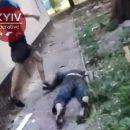 В Киеве устроили самосуд над подростками, напавшими на бездомного: видео