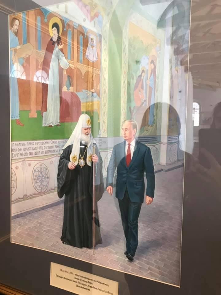 Духовный щит и Путин в рясе: сети повеселили фото выставки картин на Соловках