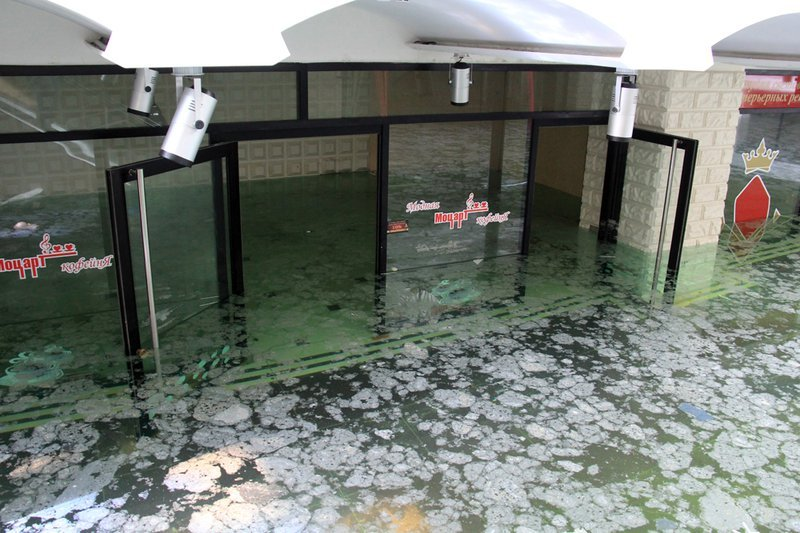 Воды по горло: в Донецке третий день откачивают воду из затопленного ТЦ (фото)