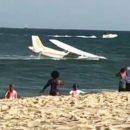 В США самолет рухнул в океан на глазах у десятков отдыхающих. Видео
