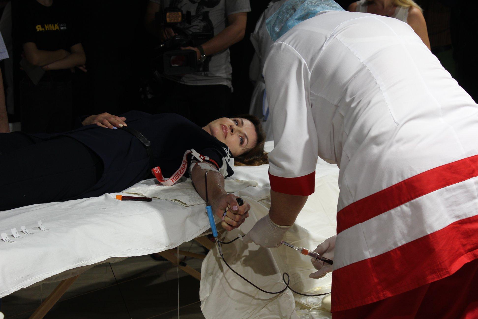 Журналіст висміяв дружину Порошенка за здачу крові