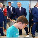 Двойник надел не те штаны: новое фото Путина вызвало волну насмешек в сети