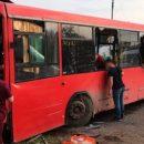 В РФ автобус влетел в жилой дом: есть погибший (видео)