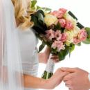 Сеть насмешила реакция парня, девушка которого поймала свадебный букет