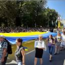 Фото дня: во время 50-тысячного альтернативного Марша защитников развернули огромный флаг Украины